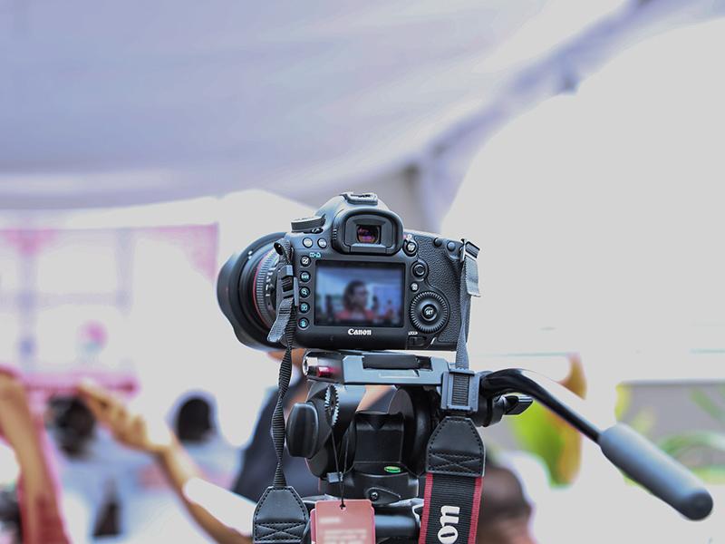 Das Bild zeigt eine Interviewsituation mit Kamera zu den Tipps Vorbereitung auf ein Interview.